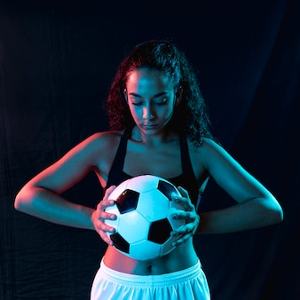 Vista frontal en forma de mujer con balón de fútbol