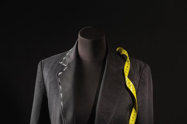 Vista frontal de la forma del vestido con cinta métrica