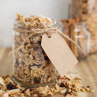 Vista frontal de frascos con cereales para el desayuno y etiqueta
