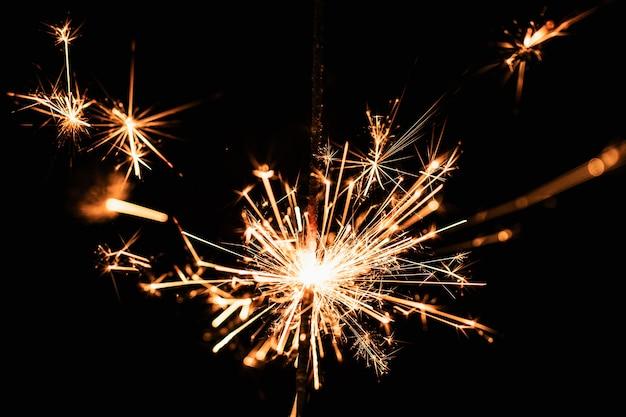 Vista frontal de fuegos artificiales en la noche de año nuevo