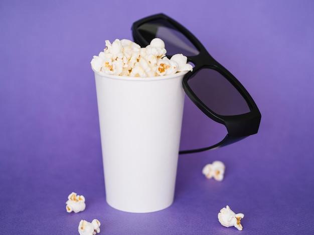 Vista frontal gafas 3d con caja de palomitas de maíz
