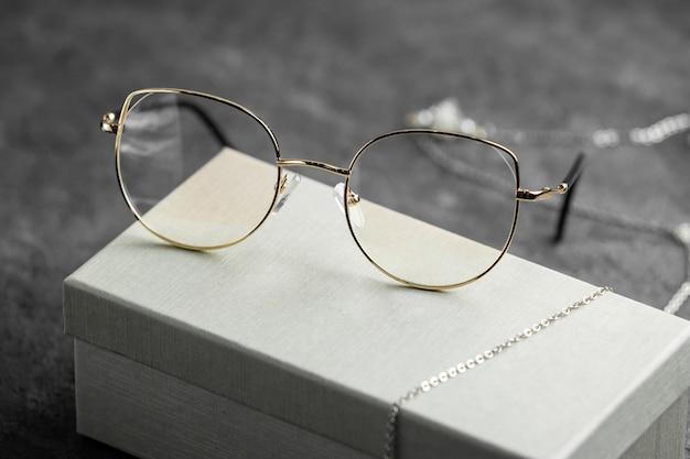 Una vista frontal de gafas de sol ópticas modernas en el escritorio gris aislado ojos de visión