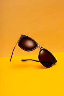 Vista frontal de gafas de sol de plástico fresco