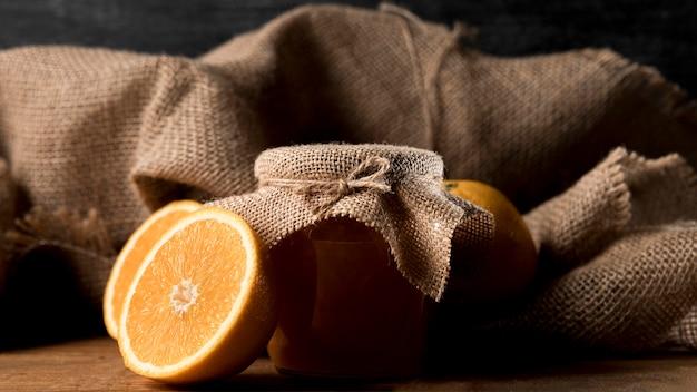 Vista frontal de gamas con tarro de mermelada y arpillera