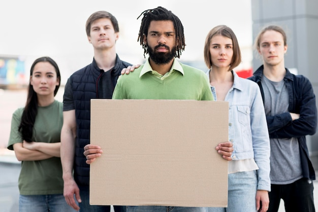 Vista frontal gente negra vive concepto de materia