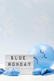 Vista frontal del globo con el ceño fruncido para el lunes azul.