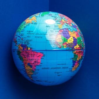 Vista frontal del globo con océanos