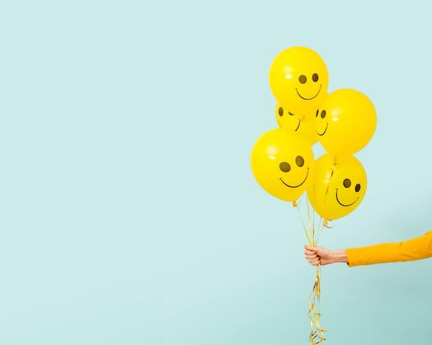Vista frontal de globos amarillos con espacio de copia