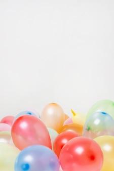 Vista frontal globos de colores con espacio de copia