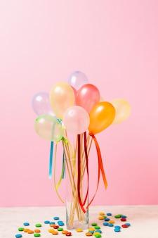 Vista frontal globos de colores en la mesa