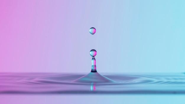 Vista frontal de gotas de agua clara con líquido