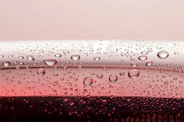 Vista frontal de gotas de agua clara en la superficie