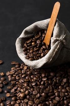 Vista frontal de granos de café tostados en saco de arpillera