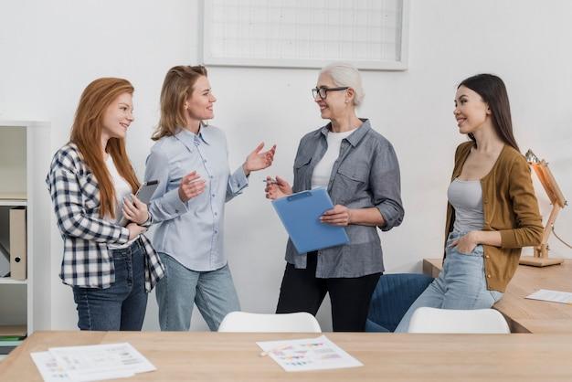 Vista frontal grupo de amigos planeando juntos