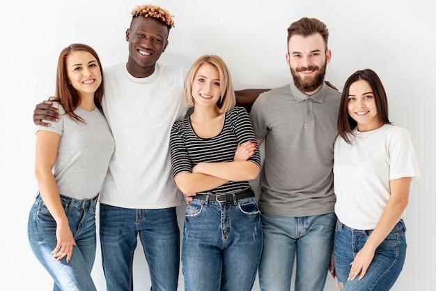 Vista frontal grupo de jóvenes amigos