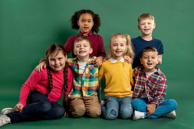 Vista frontal del grupo de niños sonrientes