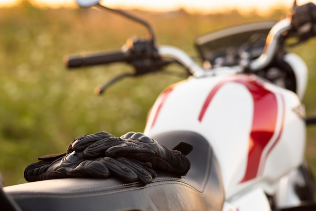 Vista frontal de guantes en motocicleta