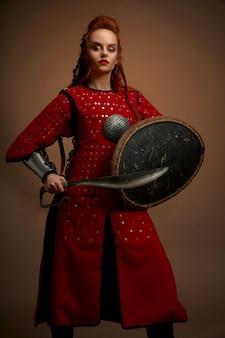 Vista frontal de la guerrera gladiador en armadura
