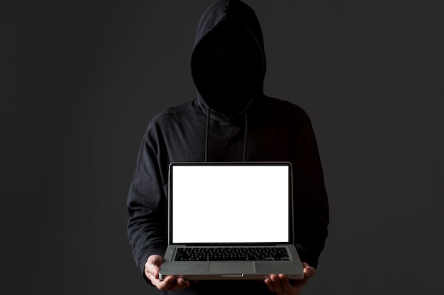 Vista frontal del hacker masculino con laptop