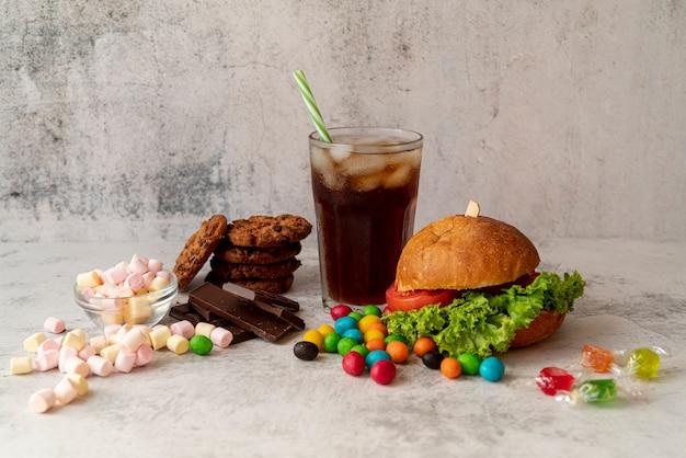 Vista frontal hamburguesa con dulces