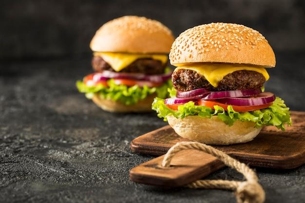 Vista frontal hamburguesas frescas en mostrador
