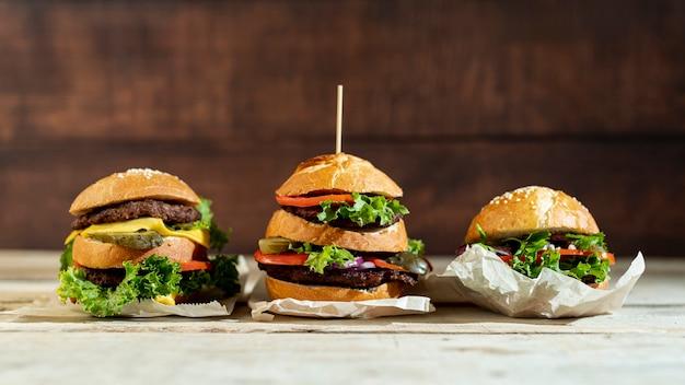 Vista frontal de hamburguesas en la mesa