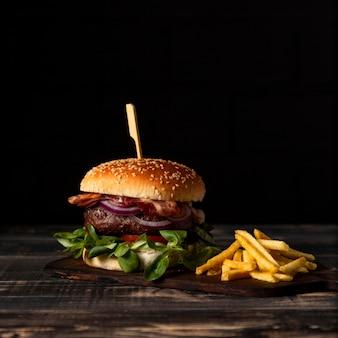 Vista frontal de hamburguesas y papas fritas en la mesa
