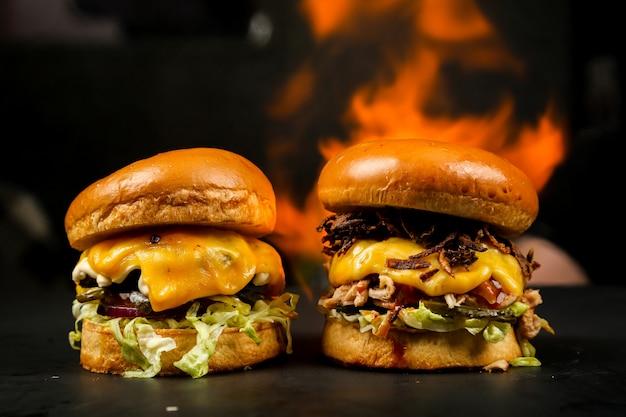Vista frontal hamburguesas en un stand