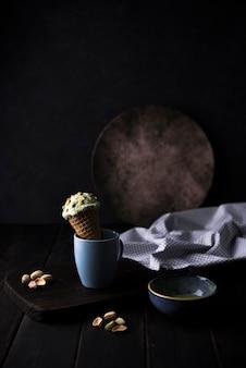 Vista frontal de helado de pistacho con nueces