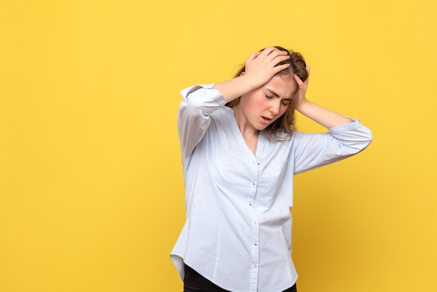 Vista frontal, de, hembra joven, con, dolor de cabeza