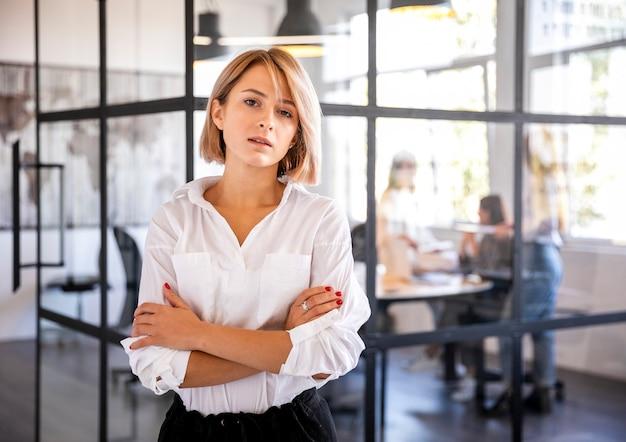 Vista frontal hembra joven en la oficina