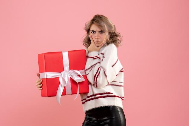 Vista frontal, hembra joven, tenencia, navidad, presente