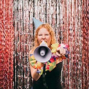 Vista frontal hembra con megáfono en fiesta de carnaval