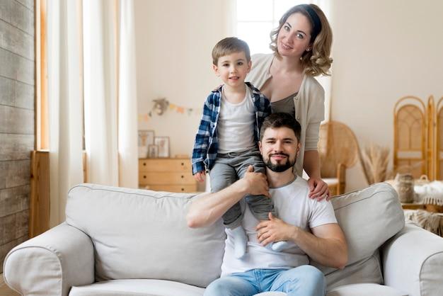 Vista frontal hermosa familia con niño