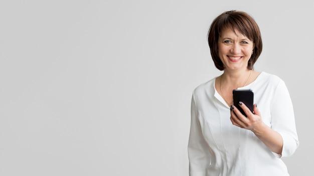 Vista frontal de hermosa mujer con espacio de copia