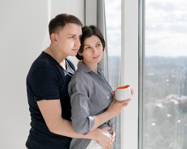 Vista frontal de hermosa mujer y hombre