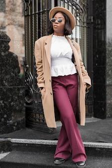 Vista frontal hermosa mujer vestida con ropa formal fuera