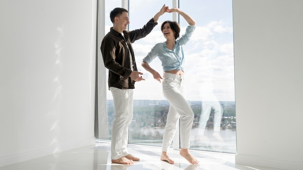 Vista frontal de la hermosa pareja bailando