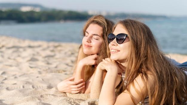 Vista frontal de hermosas chicas en la playa