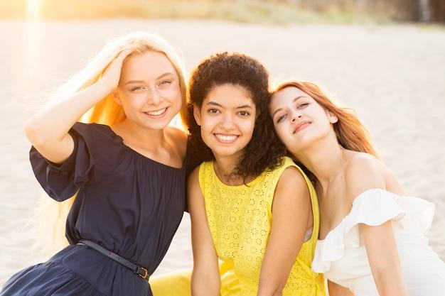 Vista frontal de hermosas chicas sonrientes