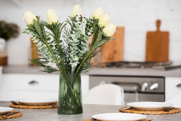 Vista frontal hermosas flores en un jarrón