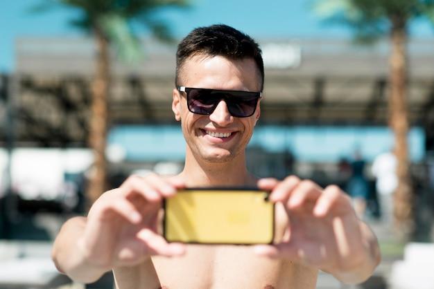 Vista frontal del hermoso hombre sonriente