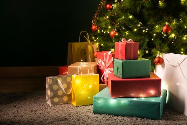 Vista frontal de hermosos regalos de navidad