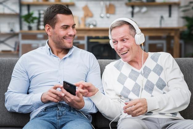 Vista frontal del hijo y el padre tocando música