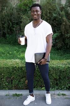 Vista frontal hombre africano con una taza