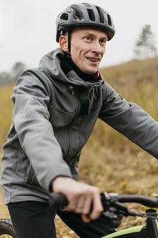 Vista frontal del hombre en bicicleta en la montaña