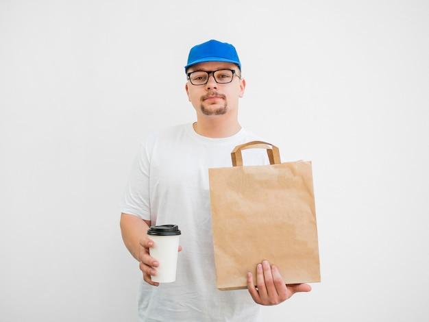 Vista frontal hombre con bolsa y taza de café