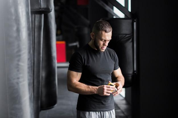 Vista frontal del hombre de boxeo en el gimnasio.