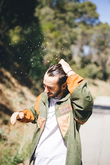 Vista frontal del hombre con cabello mojado