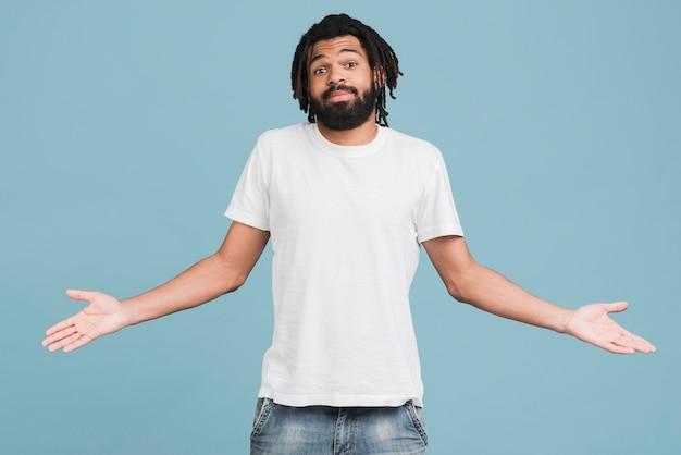 Vista frontal hombre con una camiseta blanca